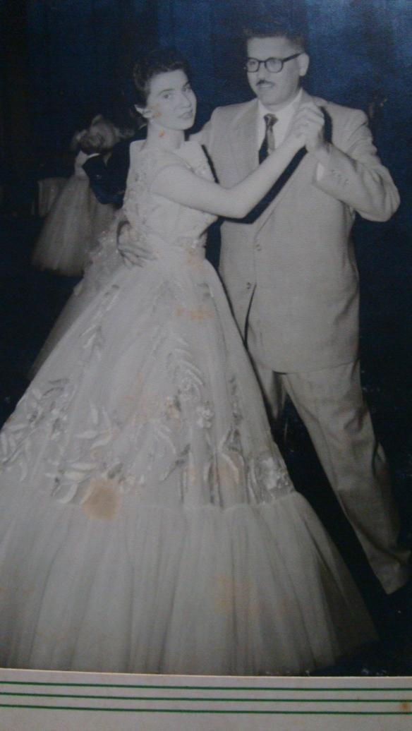 Meu pai Célio Zanetti dança a valva de formatura da sobrinha Neusa Zanetti Cayaffa (18 anos) - Vestido confeccionado por Silvia Zanetti.