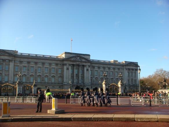 Uma vista do Palácio e a guarda da rainha