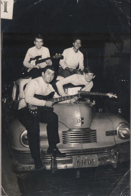 Raul e Armandinho em cima, Banzé e Emílio embaixo, sentados em um carro na Rua Augusta.