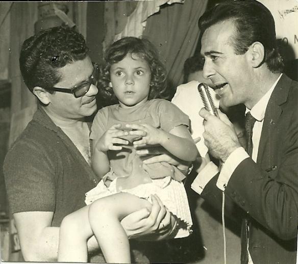 George Freedman e Aguillar e Enzo de Almeida Passos com a Maria Regina no colo