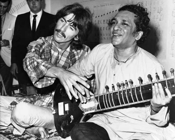 Ravi Shankar e Gerge Harrison em foto de 1967 (Foto: AP)