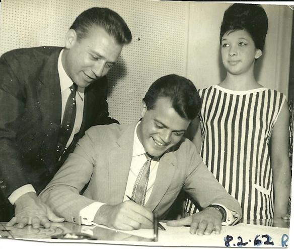 George Freedman assina o contrato em 08-02-62 - Scatena e uma fã