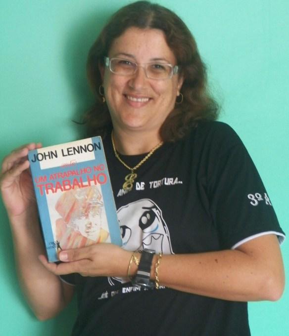 Um atrapalho no Trabalho - livro de JLennon nas mãos da Evelize