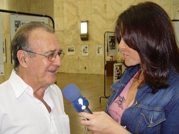Débora entrevistando seu pai Antonio Aguillar