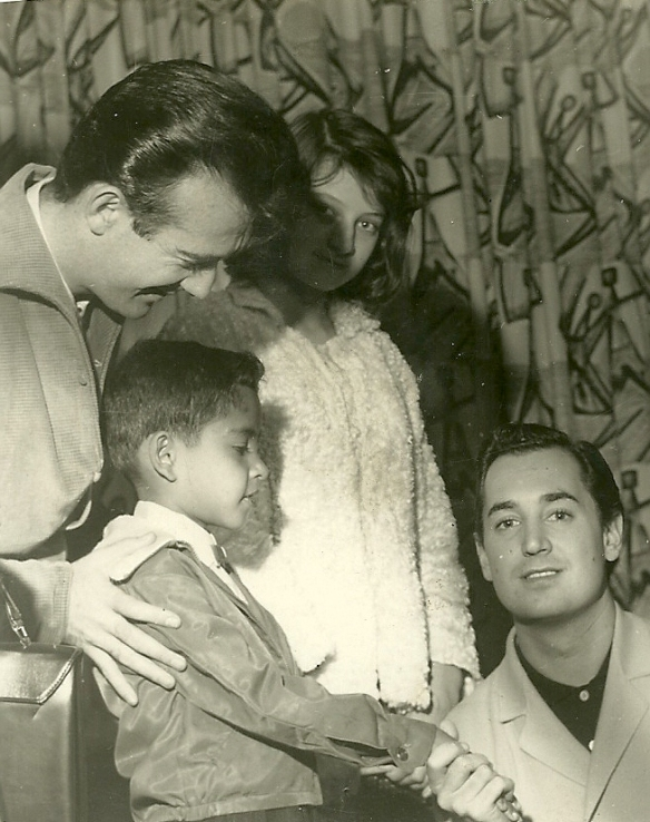 Aguillar apresenta Rene Dantas ao Neil Sedaka no aeroporto Congonhas