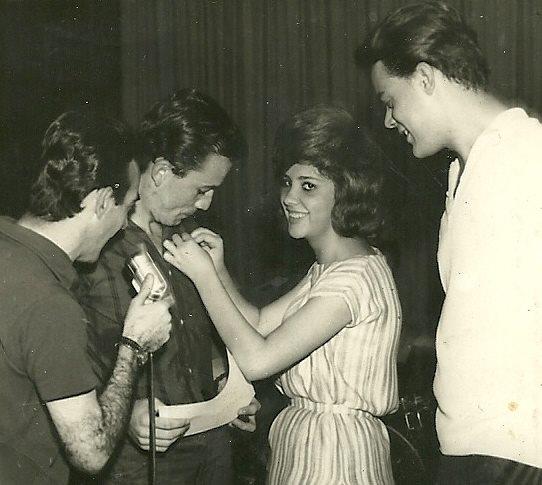 Sonia Andrade, Presidente do Fã Club Ronnie Cord, condecorando o musico Gato, ao lado de Antonio Aguillar que transmitia o acontecimento e também a presença de George Freedman, um de seus maiores amigos.