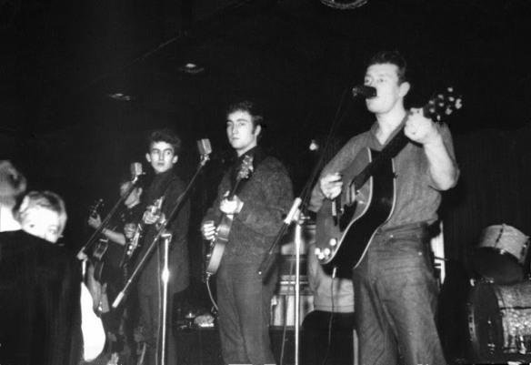 George, John e Tony Sheridan (Paul atrás, ao piano)