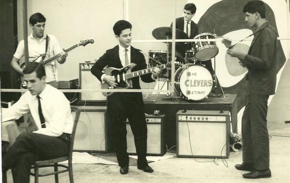Joe Primo, Carlão e o Jurandir tocando no meu programa com o nome de Os Vampiros. A bateria era dos Clevers e estava no palco nste dia.