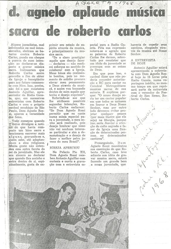 Roberto Carlos concedendo entrevista sobre o assunto e os jornais A gazeta e o Estadão que falam sobre a composisção sacra 2