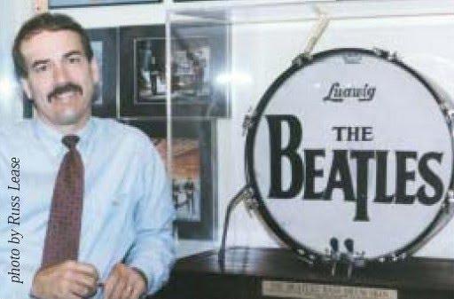 (Russ Lease, proprietário atual do também principal com o logotipo dos Beatles, usado no Ed Sullivan em fevereiro de 1964).