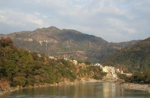 Foto 19 - É em Rishikesh que fica a nascente do Ganges, o mais importante rio da Índia, e a cidade abriga um dos únicos trechos em que o rio manteve-se limpo. No local há ainda a belíssima ponte de Ram Jhuha que, além de ligar os dois lados de Rishkesk, proporciona uma vista digna de cartão postal.