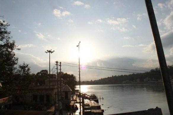 Foto 20 - É em Rishikesh que fica a nascente do Ganges, o mais importante rio da Índia, e a cidade abriga um dos únicos trechos em que o rio manteve-se limpo. No local há ainda a belíssima ponte de Ram Jhuha que, além de ligar os dois lados de Rishkesk, proporciona uma vista digna de cartão postal.