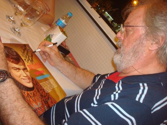 """George Freedman autografa seu primeiro LP, """"Multiplication"""", para o amigo Oscar Fornari. Foto: Oscar Fornari"""
