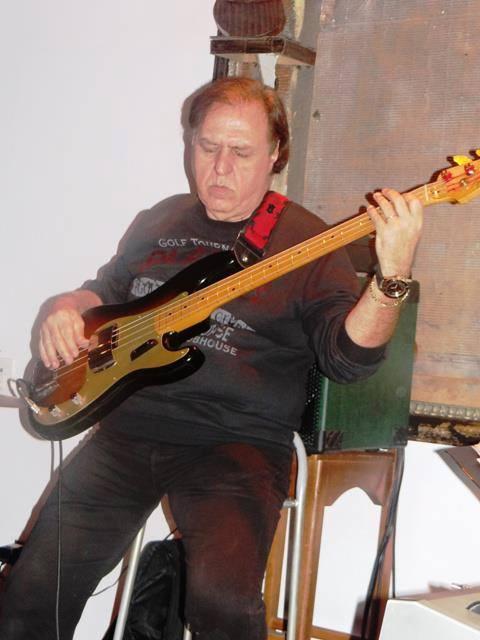 Paulo César Barros com seu contrabaixo anos 50