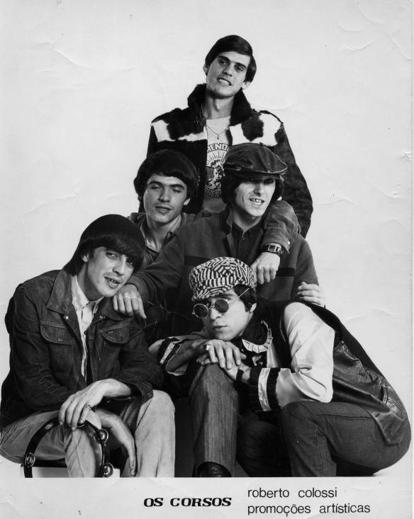 """""""Os Corsos"""" (novembro 1966) após sair dos Jet Blacks, Sérgio formou Os Corsos com """"Os Wandecos"""" que eram os músicos da Wanderléa. Serginho""""Canhoto"""" de pé, Líder, guitarra solo e relações publicas, Ronny, guitarra-base e vocal, Luiz Marcelo , Guitarra(segunda) e vocal, Jose Adolfo Stern(Ze) Bateria e vocal e o Carlos Geraldo, baixo-Eletrico e vocal."""