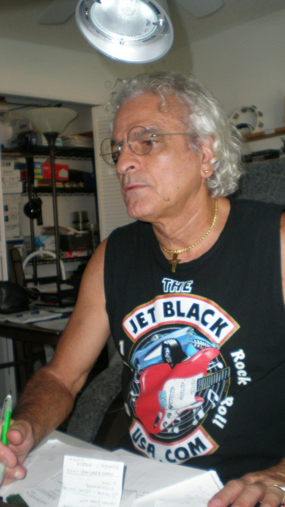 Raul de Barros com camiseta do The Jet Blacks