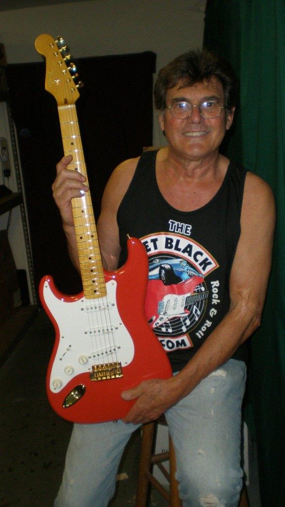 """Sérgio """"Canhoto"""" Vigilato, criador da camiseta e desta guitarra """"handmake"""""""