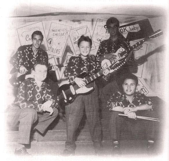 """Nenê no centro posando de guitarrista nos Rebels, e a indicação dos nomes dos colegas na foto, conforme suas próprias palavras: """"Embaixo da esquerda para direita ao meu lado, estão meu irmão Romeu e Prini Lopez. Acima José Carlos e Gaspar""""."""