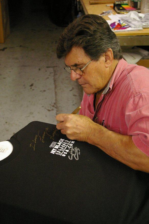 Sérgio autografando as minhas camisetas