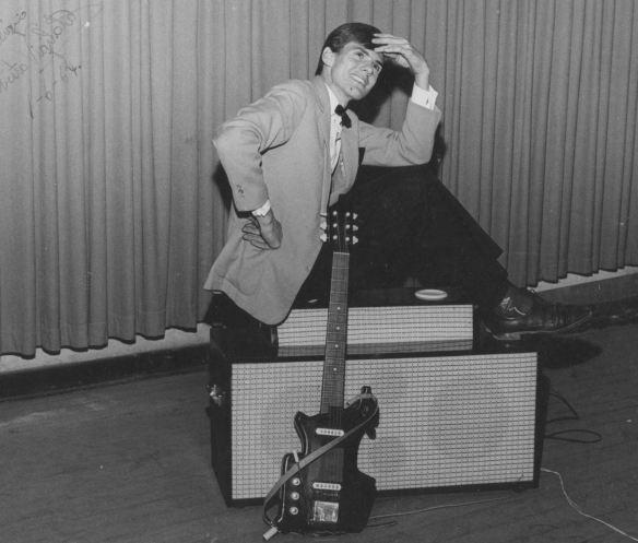 Primeira guitarra elétrica com alavanca e caixa acústica
