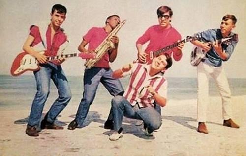 Da esq para direita estão Renato, Cid, PC e Carlinhos Agachado é o meu saudoso irmão na musica, Claudio Caribé - Claudinho