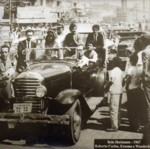 Elmar Tocafundo com Roberto Carlos, Erasmo Carlos e Wanderléa numa carreata organizada por ele; dirigindo o calhambeque estava Obregon Gonçalves, saindo da Pampulha e chegando na Avenida Afonso Pena, em 1967.