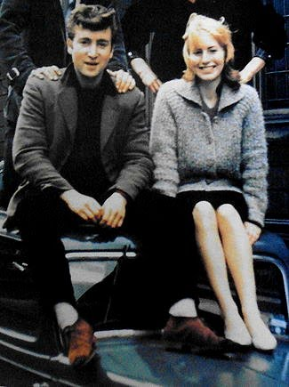 John Lennon e sua primeira esposa Cynthia Powell em 1959