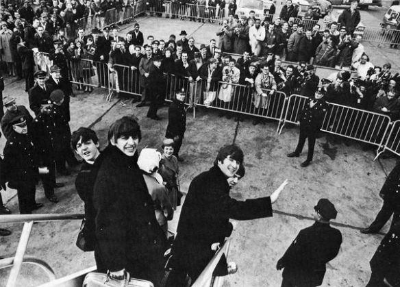 Os Beatles desembarcando em Nova York no dia 7 de fevereiro de 1964.