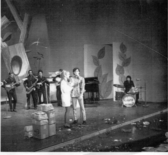 Foto do acervo do cantor Leno Leno e Lilian com The Bells no Teatro Record em SP - 1967 Na Campanha do agasalho