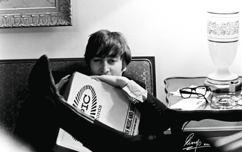 CONTORCIONISMO John Lennon em 1964, com as pernas à altura do ombro: joelho maleável.