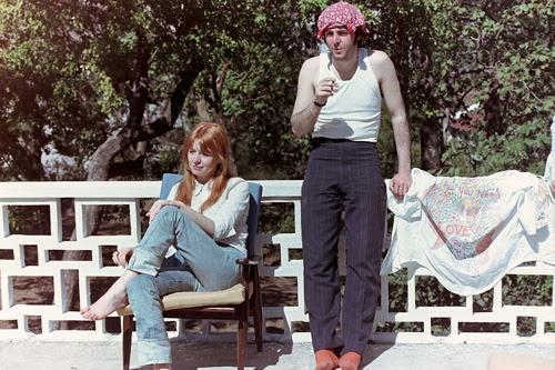 """MISTICISMO Paul e a namorada Jane Asher na Índia, em 1968: """"Tudo o que precisamos é de amor""""."""