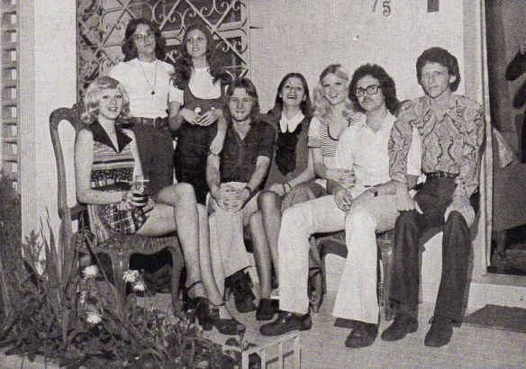 """Grupo que assistiu os """"covers"""" dos The Beatles surgirem em Canoas: Vera Sienko, Paulo, Sérgio, Rosane, Paulo Armando Venhofen (o Paulinho), Gi, Marisa, Davi Garcia Neto e Luiz Carlos Venhofen, em Canoas - 1966"""