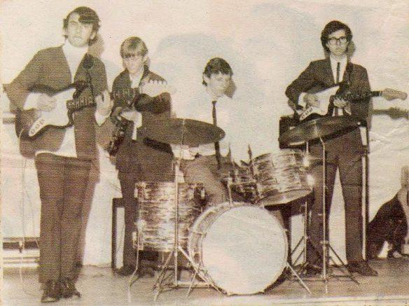 """""""Os Mísseis"""", segundo nome da banda cover dos The Beatles, em 1968, que se apresentou no Canoas Tênis Clube, tinha a seguinte formação: Aérnio Penteado (o Zé), Paulo Armando Venhofen (o Paulinho), Luiz Carlos Venhofen e Davi Garcia Neto."""