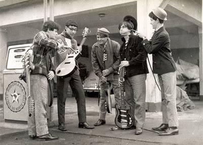 """""""Sou o primeiro à esquerda, abastecendo a guitarra do"""