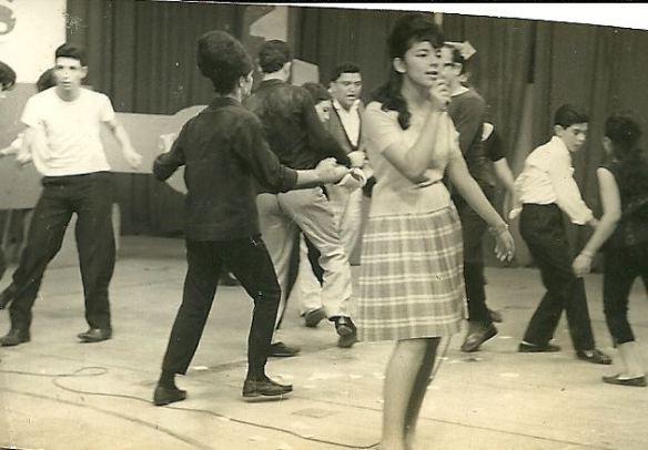 Ilze Aparecida, a Cidinha Santos, hoje Cinthia (da Rádio Capital de SP), se apresentando na TV Paulista canal 5 no programa Ritmos para a Juventude, de Antonio Aguillar. Atrás podemos ver o conjunto Lancaster de dança, identificando o Xupeta e o Bolão. O ritmo era Rock and Roll!