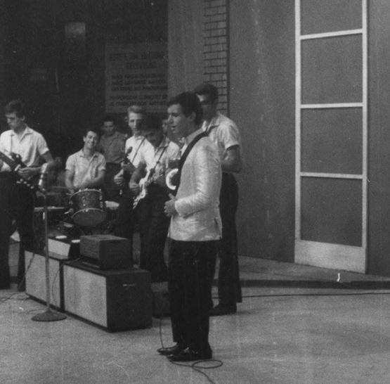 Grupo os Corsários acompanhando Roberto Carlos. Serginho Canhoto está com sua primeira guitarra elétrica feita por ele mesmo em 1962.