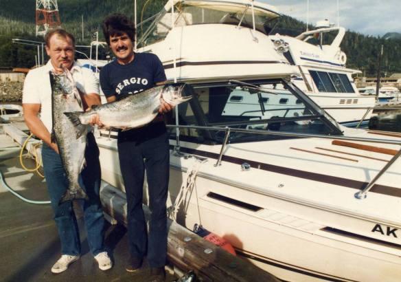 Sérgio e seu primeiro clienteem seu barco de pescaria no Alaska em 1983, após ter recebido sua licença de Capitão.