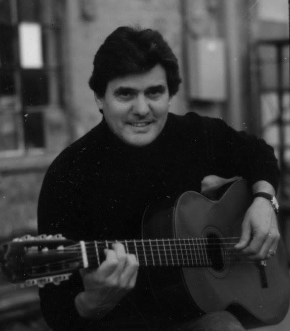 Sérgio em Burbank, Califórnia, em 1998, com sua velha guitarra, hoje de posse de sua filha Ina Vigilato. Atrás está sua loja onde ele exerce a profissão de Taxidermista.