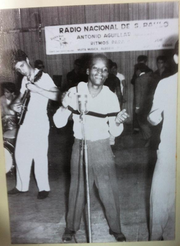 The Jet Black's tocam durante uma apresentação do cantor Little Black, que se chamava Jet Black mas cedeu seu nome para o conjunto. Na foto aparece o Carlão. Programa Ritmos para a Juventude.