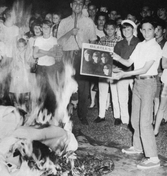 Foto de autor desconhecido. Jovens queimam discos dos Beatles em Waycross, Georgia, EUA, 1966.