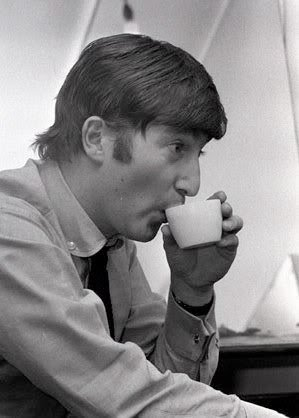 Lennon tomando chá