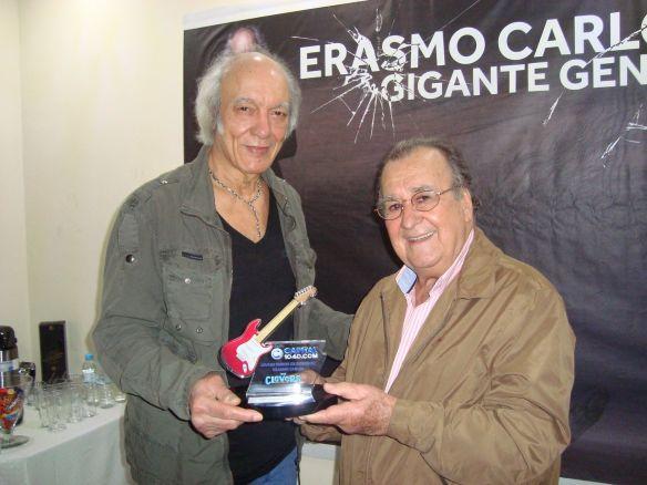 Antonio Aguillar entrega troféu a Erasmo Carlos