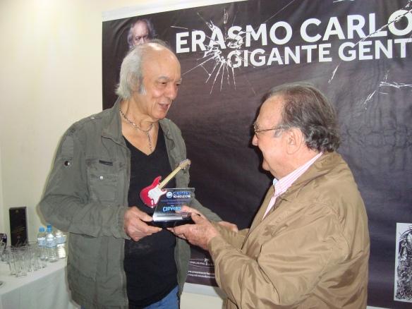 Erasmo Carlos recebendo trofeu Aguillar
