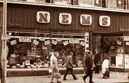NEMS - A loja que Brian Epstein gerenciava antes de empresariar Os Beatles.