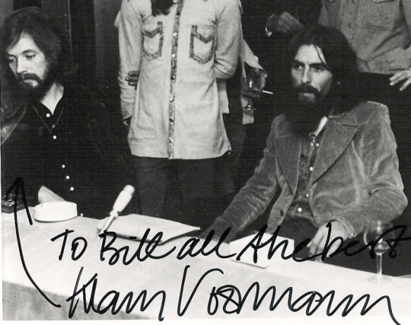 klaus Voormann e Harrison na conferência que anunciou o Concert for Bangladesh
