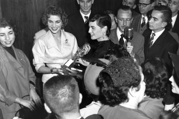 """""""Flagrante registrado em 1953, quando a atriz Eliane Lage recebeu das mãos da Martha Rocha, o premio SACY, nas dependências do jornal O Estado deSPaulo, onde eu era o repórter fotográfco. Eliane nasceu em 16 de fevereiro de 1928 filha de pai brasileiro e mãe britânica. Residiu no Rio, São Paulo e Guarujá. Depois de deixar a vida artística mudou para Petrópolis. Quando fazia cinema, se apaixonou pelo produtor de seu filme Sinha Moça o Tom Payne com quem acabou se casando em 1951 Sinha Moça foi rodado na Vera Cruz São Bernardo do Campo. Ela estrelou ao lado de Anselmo Duarte outro grande ator brasileiro. Eliane chegou escrever em 2005 sua autobiografia pela Editora Brasiliense. São cenas como esta, premiação importante como a eu vemos na foto, que vivi durante a minha vida profissional e ainda estou correndo atrás dos meus sonhos. Nós não podemos perder a vontade de viver e fazer as coisas uteis que acabam virando histórias para o futuro saber o que de bom foi o passado."""