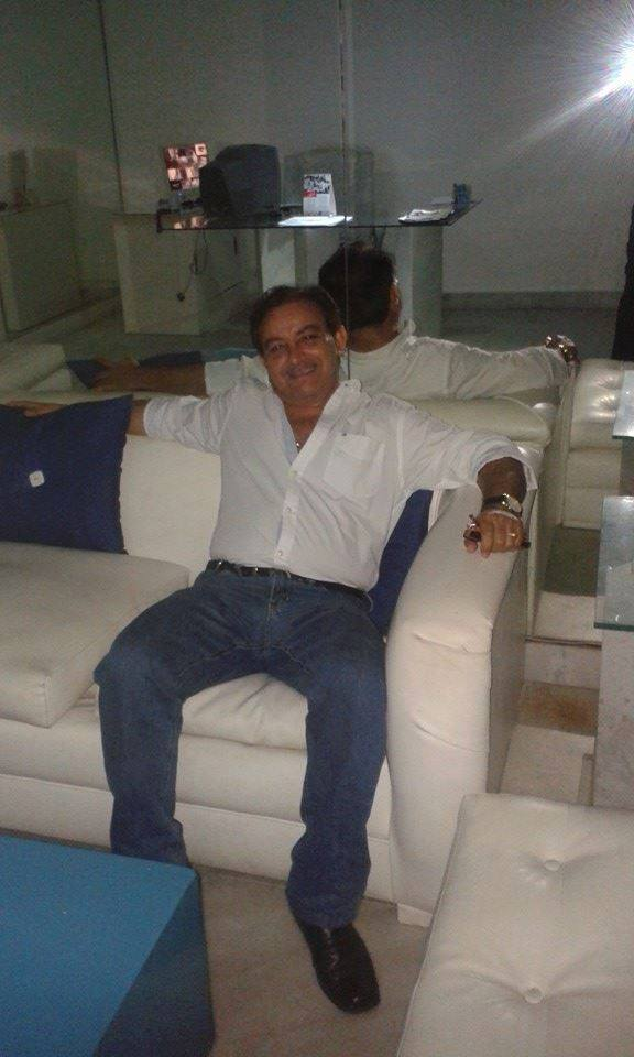 Vicente Telles na casa de Roberto, onde tudo é branco e azul...
