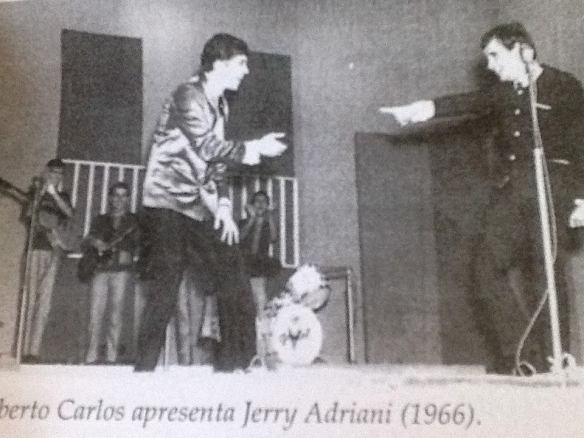 Roberto Carlos apresenta Jerry Adriani - ao fundo o conjunto The Jet Black's faz o acompanhamento.