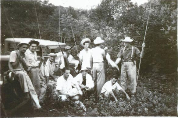 Da esquerda para a direita estão tio Armíno, meu pai Célio Zanetti, primo Niquinho, tio Juca, primo Lilo, tio Dinho de costas, Zé Oscar, tio Santo, tio Elyseo e primo Osvaldo filho da tia Amélia .