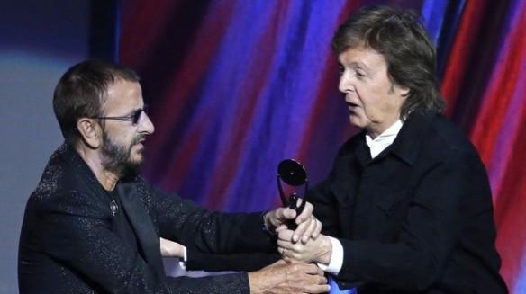 Sir Paul McCartney entregamdo o troféu para Ringo Starr durante a cerimônia (AP)